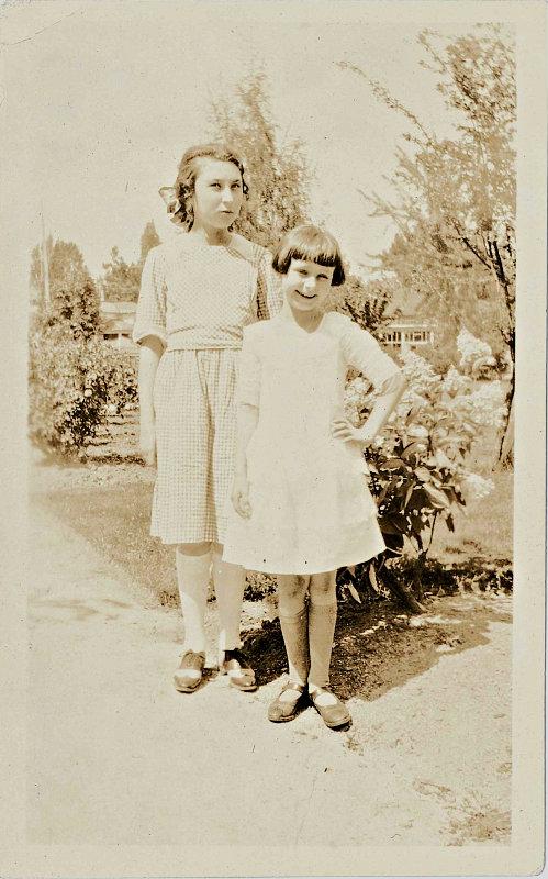 1922 sepia photo of girls who look like Beezus and Ramona