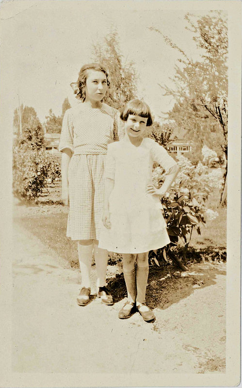 1922 sepia photo of girls who look like Beezus and Ramona